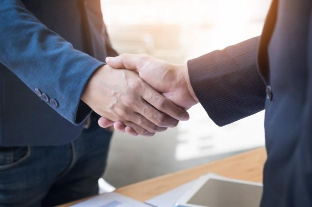 Deux Hommes Affaires Confiants Se Serrant Main Lors Reunion Au Bureau Succes Traitement Salut Concept Partenaire 1423 185