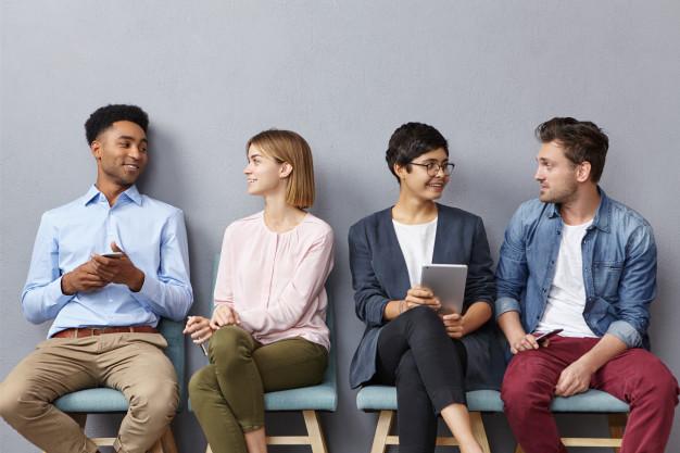 Portrait Horizontal Personnes Assis Dans File Attente Avoir Conversation Agreable Autres 273609 8261